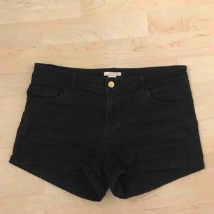 svarta shorts från h&m i storlek 40, +frakt 59kr