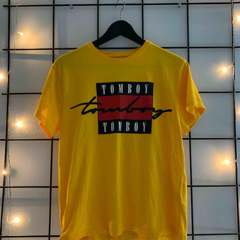 Gul t-shirt från Carlings. 💜Använd fåtal gånger och i bra skick. Frakt tillkommer💜. T-shirts.