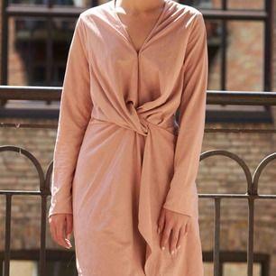 Jag säljer denna puder rosa klänningen i storlek 38. Jag har storlek 34, så den sitter alldeles för stort på mig. Klänningen är i sammet.   Längd: 85 cm  Bröstvidd: 94 cm  FRAKT TILLKOMMER! 🌸   PM vid intresse🙏🏻