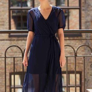 Säljer denna mörkblå långklänningen. Den har en underklänning och en fin genomskinlig rock runt sig. Underklänningen kan man knäppa loss från rocken.   Material: Polyester  Längd: 140 cm  Bröstvidd: 84 cm   FRAKT TILLKOMMER🌸   PM VID INTRESSE 🙏🏻