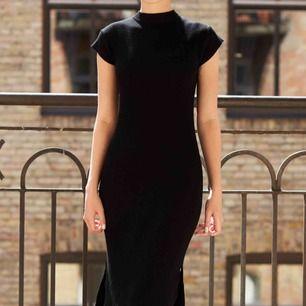 Svart långklänning med slits på båda sidorna. Klänningen är i storlek S.   Material: viskos, polyamid Längd: 140 cm Bröstvidd: 110 cm   FRAKT TILLKOMMER 🌸   PM VID INTRESSE🙏🏻