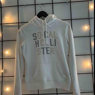 En vit hoodie från Hollister.  Frakt tillkommer💜