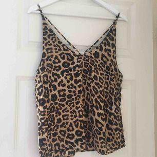 Linne med leopard mönster på ifrån Istay. Linnet är i storlek M och jag säljer det för 50 kr. Hämtas upp i Trollhättan på Drottningtorget eller fraktas med 20 kr i frakt.