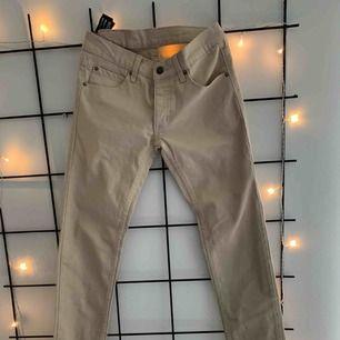 Beiga jeans från cheap monday.💜 Aldrig använda, prislapp är kvar. Frakt tillkommer💜