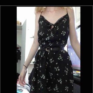 Oanvänd klänning från h&m med små blommor på och resor i midjan, stl XS. Sitter snyggt och bekväm. ☺️Säljer för den ej används!  Skriv om du har frågor❣️