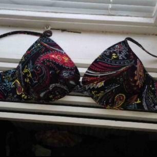 Bikini top, vet ej vart den är köpt men ej använd. Det står S i storleken men skulle säga att den passar en M också!