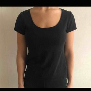 Vanlig svart t-shirt