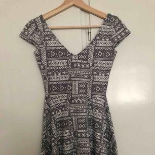 Mönstrad klänning i mycket bra skick. Tar bara emot Swish + frakt tillkommer (ca 40 kr).