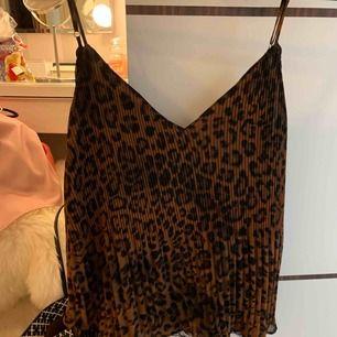 Leopard linne från zara i storlek XS/S, använt den en gång!