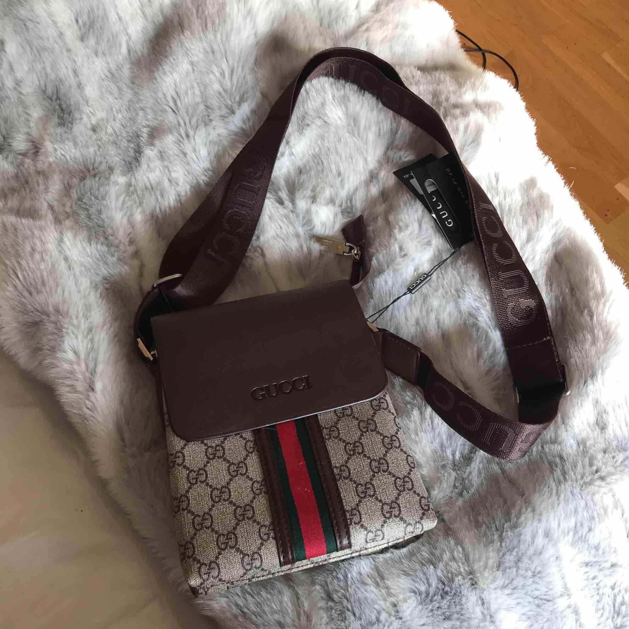 En Gucci väska som ör aldrig använd, kommer inte heller att använda den . Väskor.