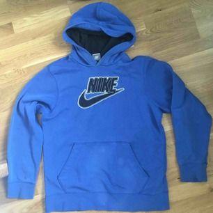 Blå Nike hoodie, köpt second hand. Står ingen stolen i men passformen ligger på small ungefär. Frakt tillkommer.
