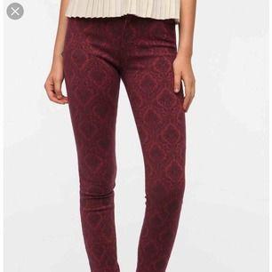 Säljer dessa jeans från NEUW i storlek XS/S om man har smalare ben. Helt nya, lapp kvar. Dyrt märke, kolla upp. Säljer de för 400 inklusive frakten!