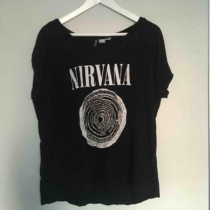 Nirvana tröja i storlek m, mycket bekväm och fint skick!