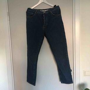 Blåa jeans som är helt oanvända från Bikbok. Knappar istället för dragkedja, jättefina!