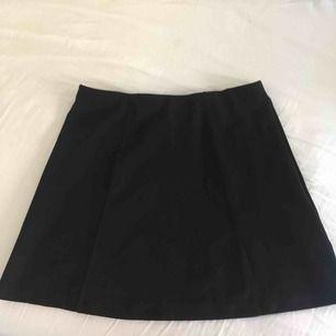 Svart fin kjol från Bikbok i storlek M! Knappt använd och passar till de mesta. Lite kort till mig som har m, den är en aning utsvängd nertill.