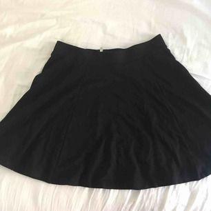 Svart utsvängs kjol från hm i storlek M med dragkedja baktill. Bra skick och är i ett mjukt och skönt tyg