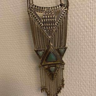 Fint långt bohemiskt halsband