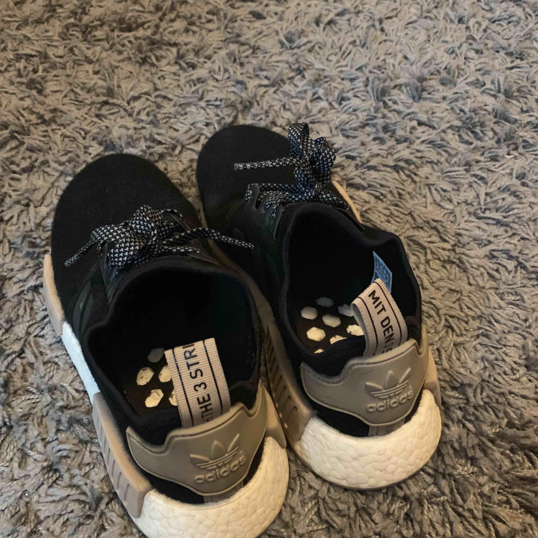 Nmd köpt från Adidas.se 1199kr Använda men ser fräscha ut. Kan frakta men köparen står. . Skor.