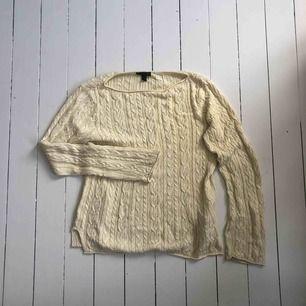 Beige kabelstickad tröja från Ralph Lauren. Väldigt sparsamt använd. Storlek L men kan användas av M/S också.