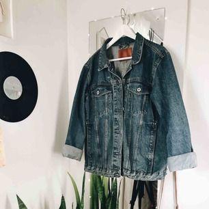 Oversize jeansjacka inköpt våren 2018, endast använd fåtal gånger Bra med fickor Priset kan diskuteras så om du är intresserad så hör av dig :)