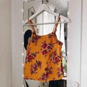 Somrigt linne från H&M inköpt förra sommaren och använd fåtal gånger Justerbara axelband Tyvärr är den för liten för mig så det är därför jag säljer den Priset kan diskuteras :)