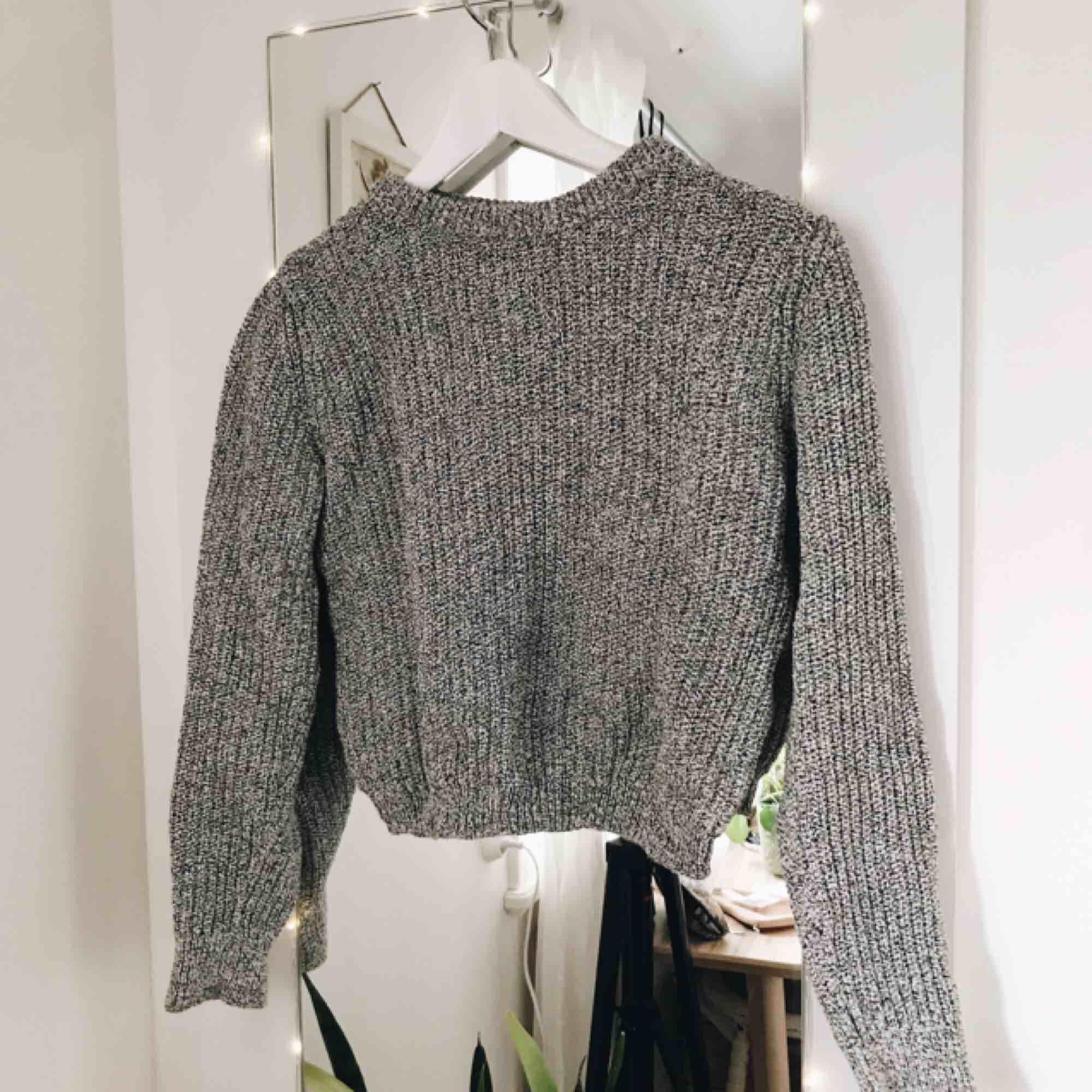 Mysig stickad tröja INTE stickig alls Lite kortare i modellen Knappt använd Priset kan diskuteras :). Stickat.