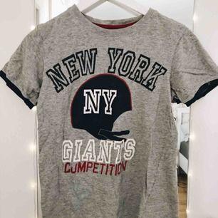Vintage t-shirt Grå med tryck och blåa kanter på ärmarna Priset kan diskuteras :)