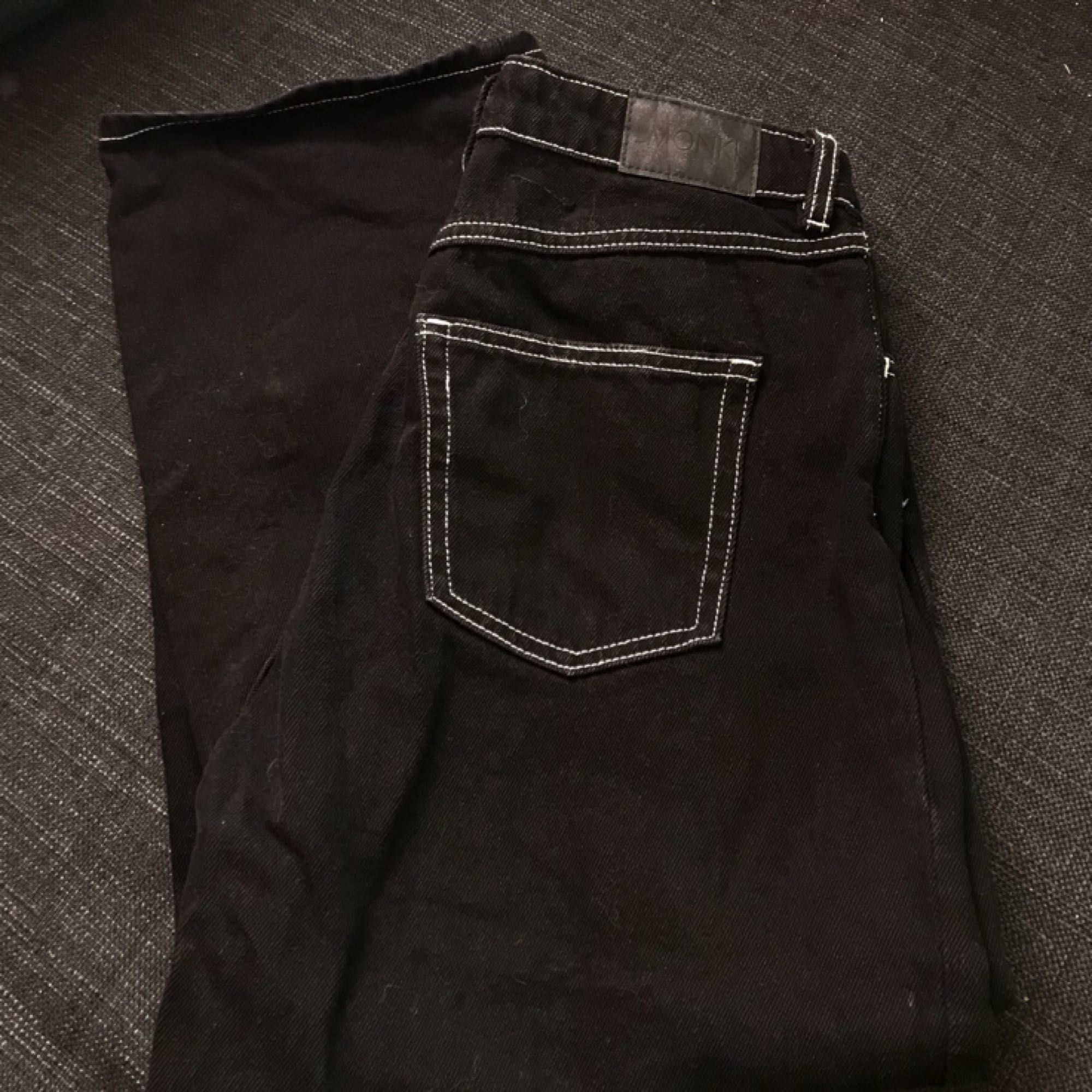 Byxor med vita sömmar från monki. Endast använda en gång så dom är i fint skick! Frakt tillkommer på 54kr . Jeans & Byxor.