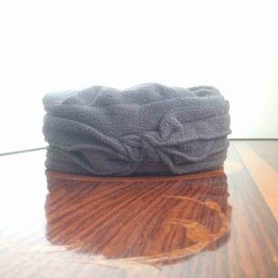 Turbanliknande varm hatt/mössa i fleece. Införskaffad i Dagny Lundborgs hattaffär i Lund. Omgjord för att se mer unisex ut. Är tvättad. Skötselrådlapp avklippt för bekvämlighet. Tror att den anses gå att tvätta. Jag har relativt sor omkrets på huvudet.