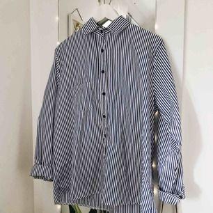 Oversize randig skjorta Köpt på second-hand Svarta knappar och liten ficka på framsidan Snygg att exempelvis knyta eller ha utanpå linne Priset kan diskuteras :)