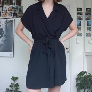 Superfin svart klänning från Monki. Strl M men funkar på S också. Fint skick! Frakten kostar 50 kr.