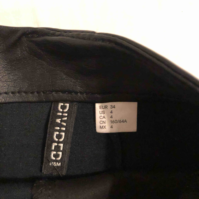 Riktigt snygg skinnkjol från H&M som tyvärr är för liten för mig 😌. Kjolar.
