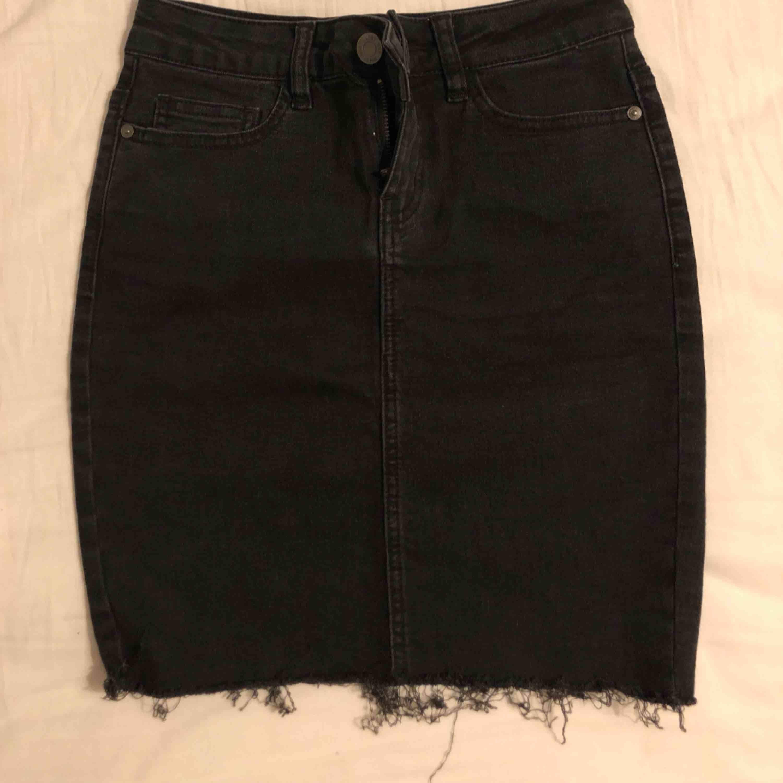 Svart jeanskjol från Vero Moda som sitter som en smäck på kroppen!. Kjolar.