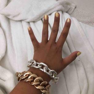 Två super snygga kedje-armband ett silvrigt och ett guldigt🌟 frakt ingår i priset⚡️