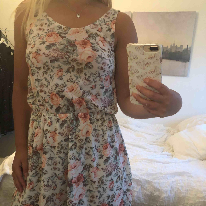 Blommig klänning, använd fåtal gånger. Bra skick. Klänningar.