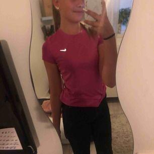 Skön träningströja köpt från Nike! Till gymma, gympa, eller vad som egentligen ! Köpt för 800 säljer för 200 ! Katt finns i hemmet ! Frakt kan pratas