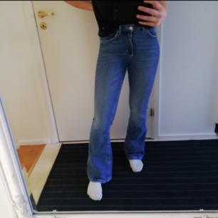 Ett par blå bot cat jeans från bik bok. Frakt tillkommer.