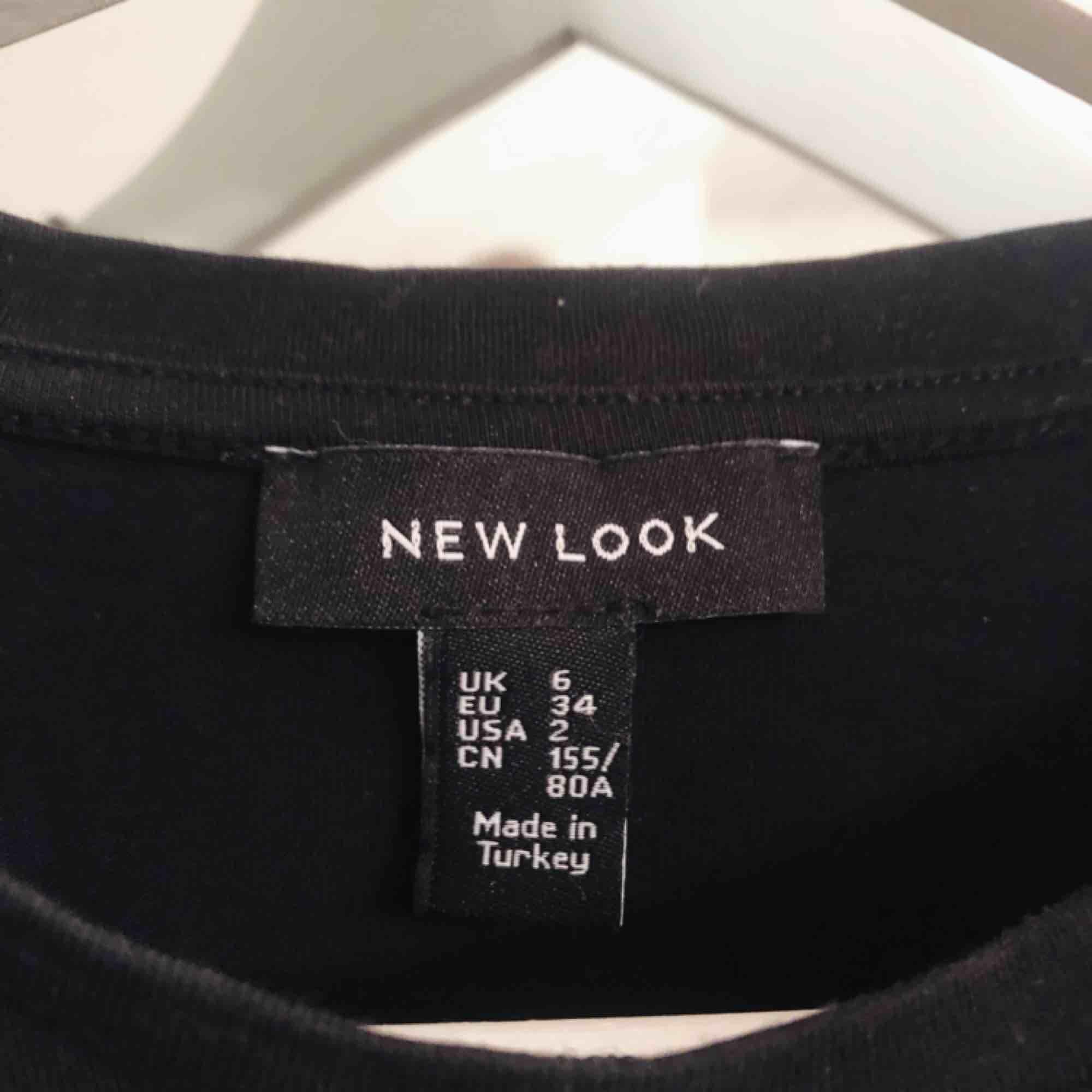 Snygg tröja ifrån Nelly som knappt är använd, tröjan har knytning i mitten. T-shirts.