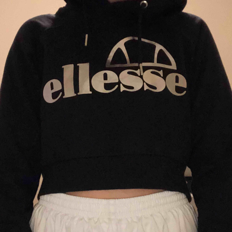Croppad ellesse hoodie, köpt för ca ett år sen på JD sports. Den är i bra skick och nypris var 450kr. Den går nästan nedanför revbenen på mig och jag är 170. . Huvtröjor & Träningströjor.