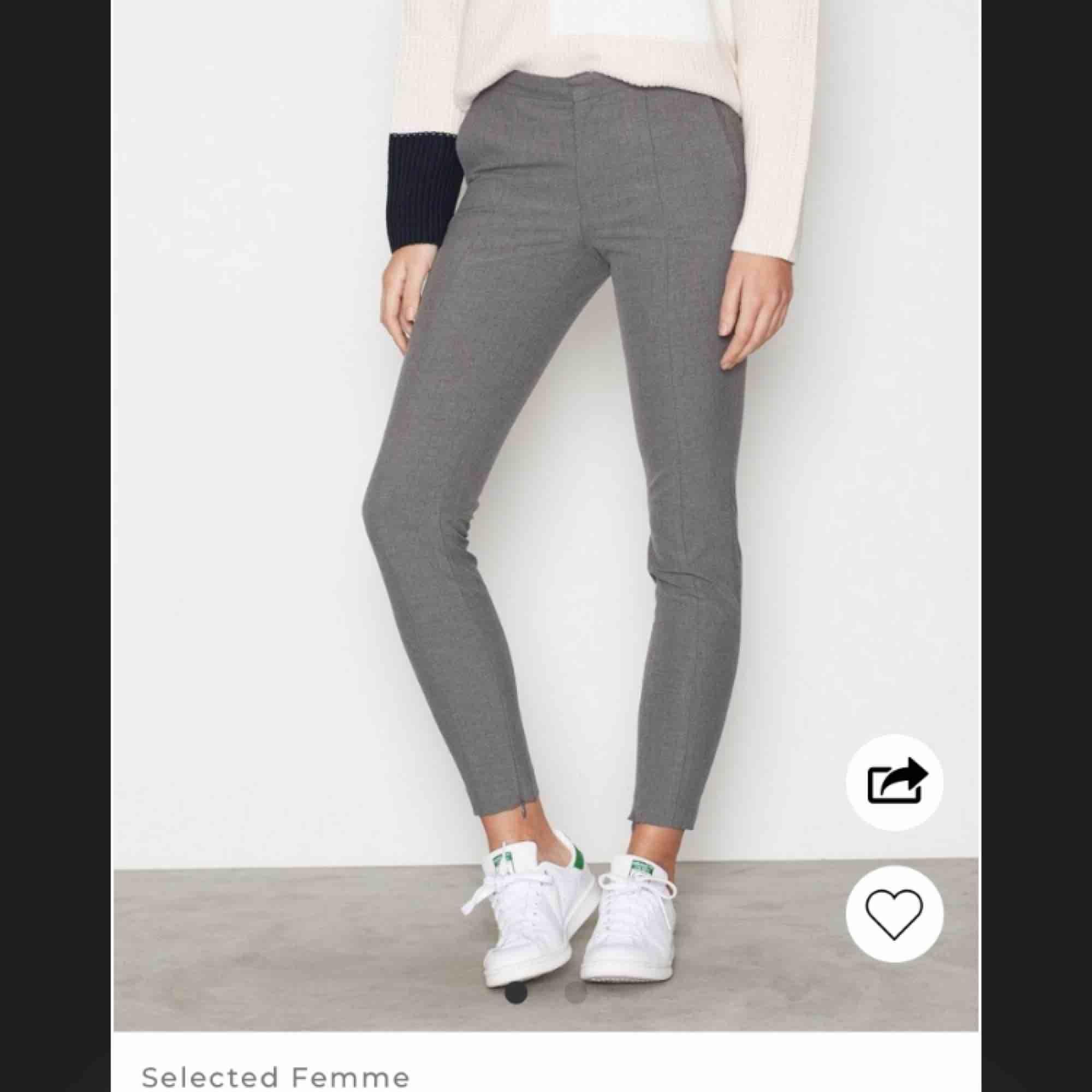 Jättesnygga gråa kostymbyxor från Nelly som jag tyvärr inte får någon användning för längre, nypriset är 599kr. Jeans & Byxor.