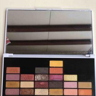 I heart revolution makeup palett/bra pigment båda shimmeriga och matta skuggor