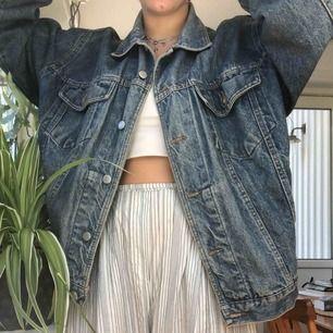 Vintage jeansjacka! Supersnygg på alla storlekar:) gratis frakt om du köper något mer!