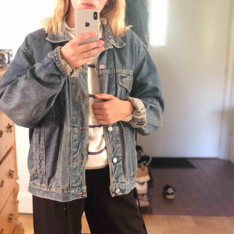 Vintage jeansjacka! Supersnygg på alla storlekar:) gratis frakt om du köper något mer!. Jackor.