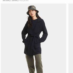 Säljer en jättefin oanvänd kappa ifrån bikbok! Storlek S men skulle säga XS/S