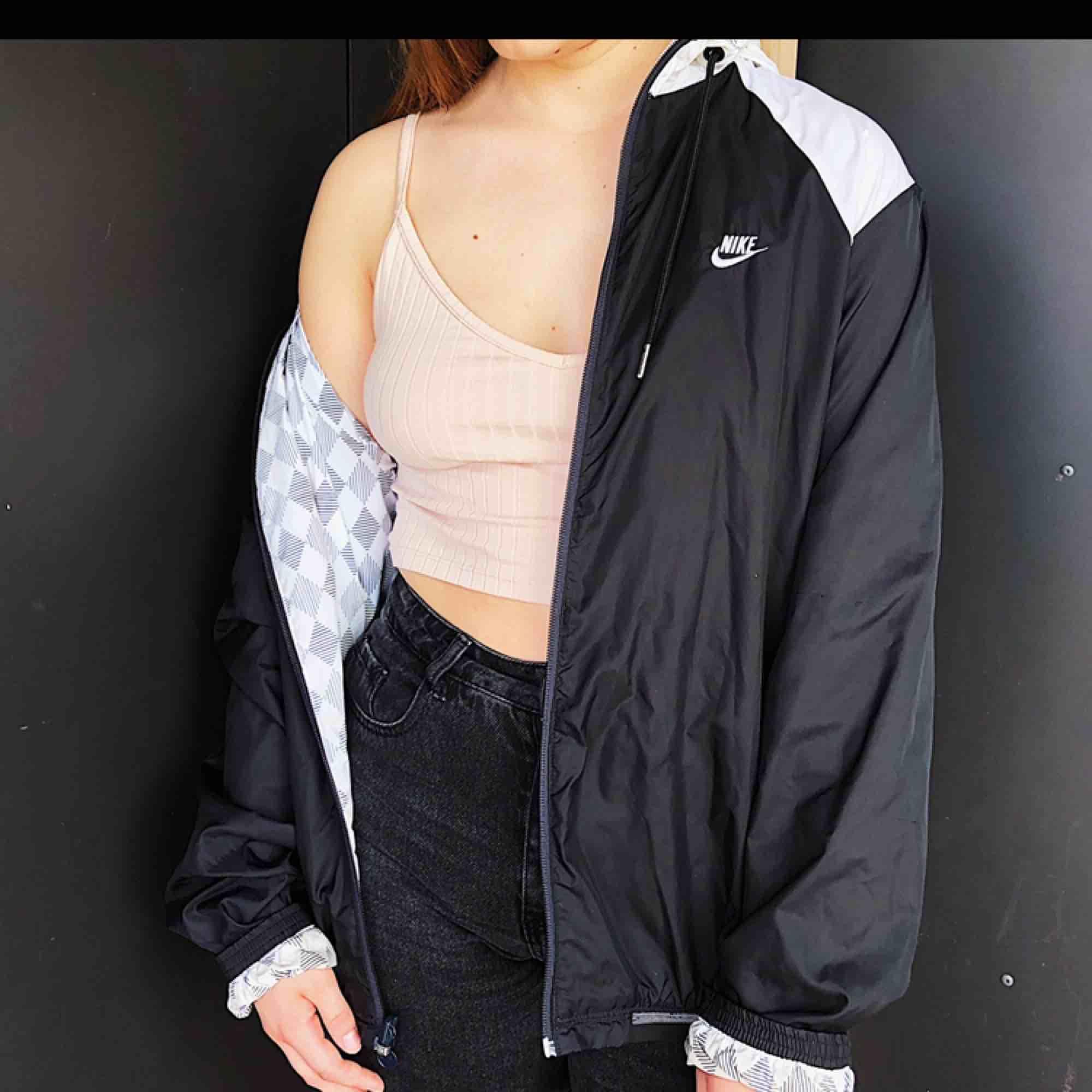 Säljer en riktigt snygg Nike jacka som aldrig blir omodern, går att använda på båda hållen, 299kr eller bud, ligger ute på flera ställen🥳🥳. Jackor.