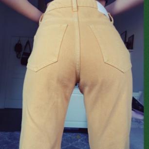 Finfina weekday jeans i gul brun färg.  Oanvända. Storleken är XS och 24 i midjan