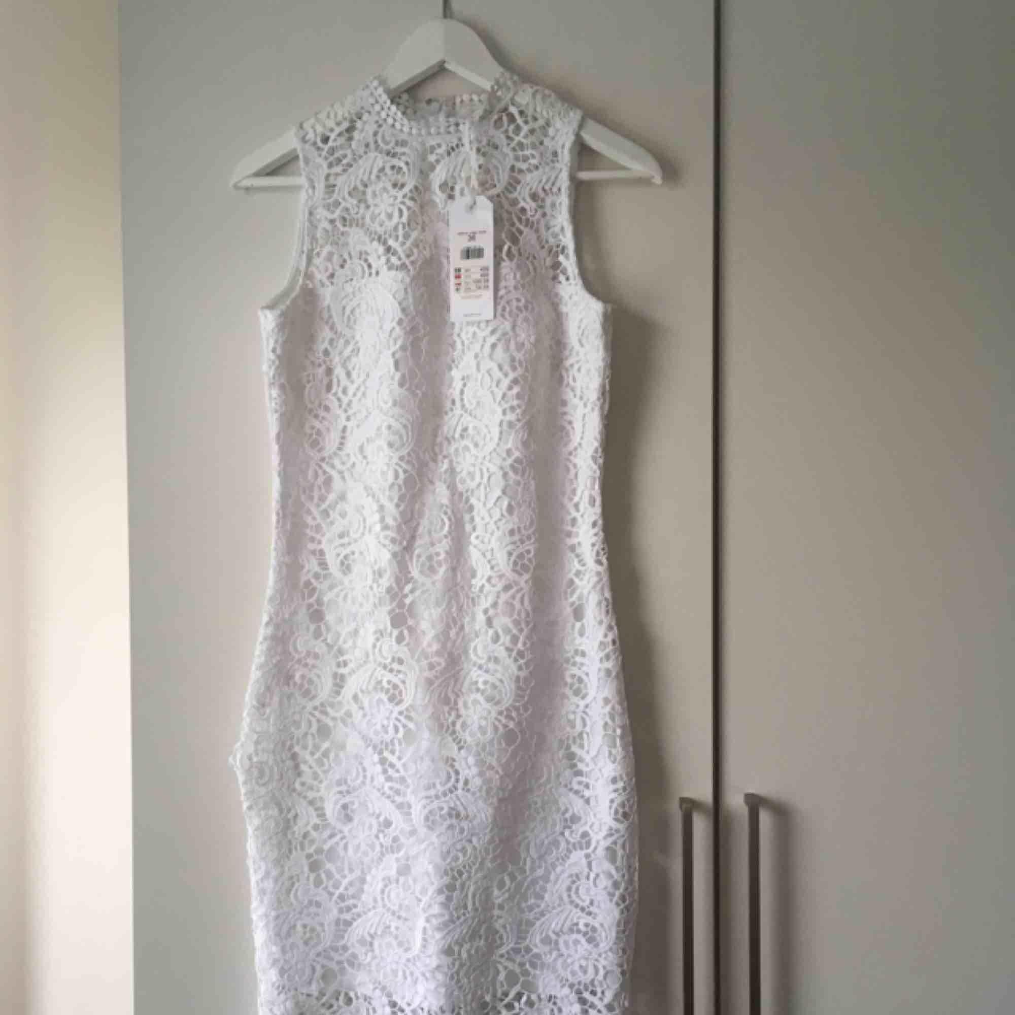 Jättefin klänning i spets som framhäver kurvorna på ett riktigt snyggt sätt! Går ner till knäna ungefär på mig som är 1,60.  Ett impulsköp så prislapparna är kvar. 🤩 Pris kan diskuteras. . Klänningar.