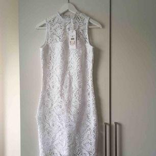 Jättefin klänning i spets som framhäver kurvorna på ett riktigt snyggt sätt! Går ner till knäna ungefär på mig som är 1,60.  Ett impulsköp så prislapparna är kvar. 🤩 Pris kan diskuteras.