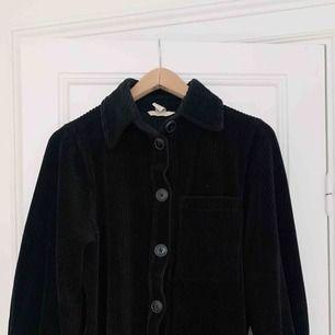 Jättefin omvänd skjortjacka i mjuk manchester 🖤