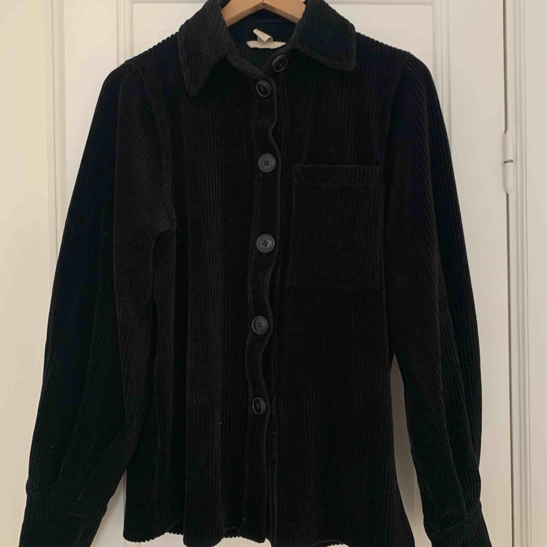Jättefin omvänd skjortjacka i mjuk manchester 🖤. Jackor.